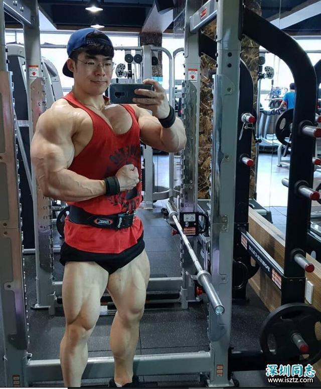 肌肉小伙健身多年,练出一身健硕肌肉,网友:死肌肉不喜欢!