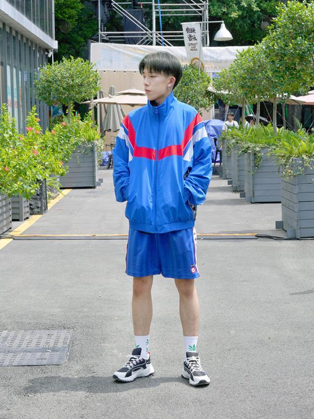 还是小时候穿的运动外套,只是它变潮了